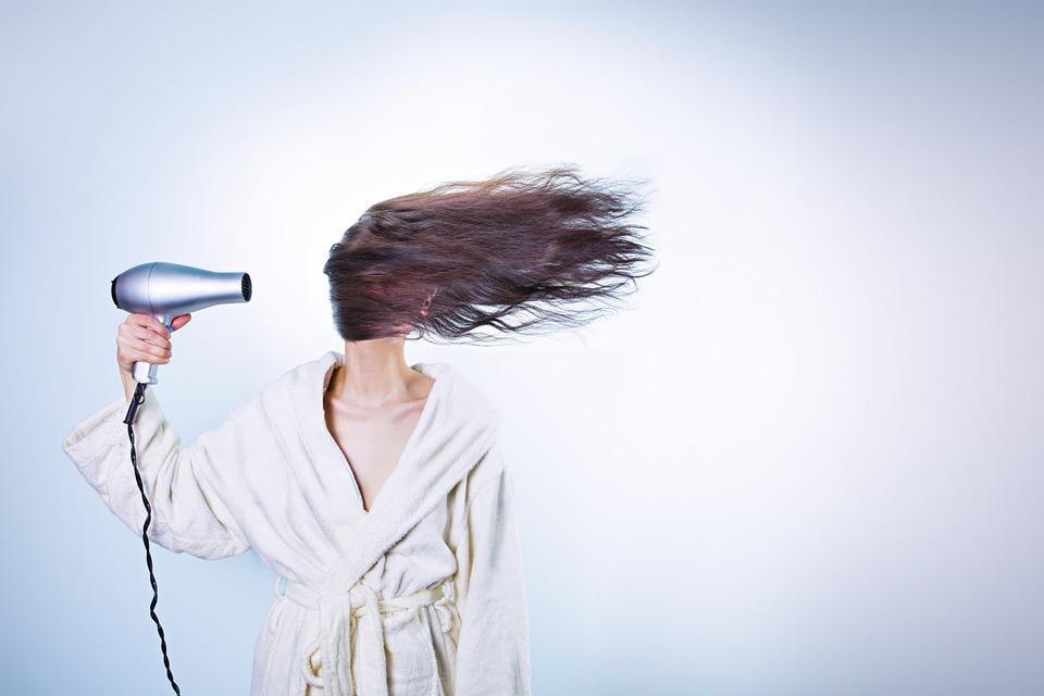 žena. vlasy